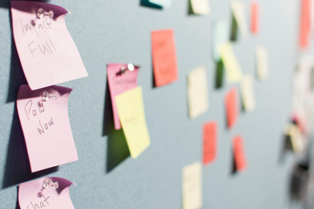 Saturar y agrupar en post its, Design Thinking